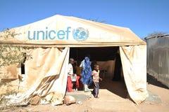 非洲难民的学校阵营在哈尔格萨的郊区 免版税库存照片