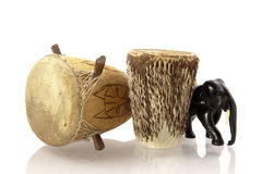 非洲鼓和被雕刻的大象 免版税库存照片