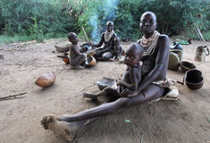 非洲,南Ethiopia.2009。未认出Karo母亲和childern在他们的村庄在马果国家公园 图库摄影