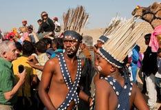从非洲tribals的年轻奇怪的人 免版税库存图片