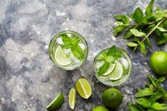 非Mojito传统古巴鸡尾酒酒精饮料两高玻璃杯,夏天热带假期饮料用兰姆酒 免版税库存图片