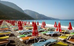 靠岸与五颜六色的sunbeds在Oludeniz,土耳其 免版税图库摄影