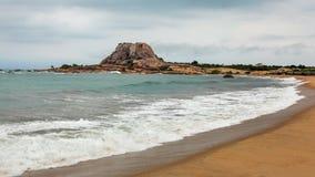 靠岸与在距离的唯一小山Patanangala岩石 免版税库存图片