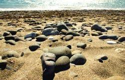 靠岸与小卵石和石头在地中海海岸 免版税库存图片