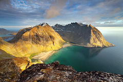 靠岸与山在挪威, Kvalvika - Lofoten 免版税库存图片