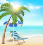 靠岸与棕榈云彩阳伞和海滩睡椅 r 免版税图库摄影