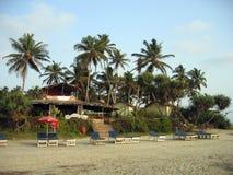 靠岸与沙子和懒人在棕榈树下 免版税库存照片