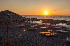 靠岸与芦苇` s遮阳伞在日出 库存图片