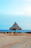 靠岸与遮阳伞和太阳床在晚上 免版税图库摄影