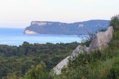 靠岸在地中海海岸在一点度假村Goynuk在凯梅尔, Antalia里维埃拉,土耳其附近 免版税库存照片