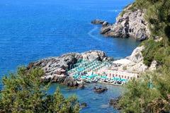 靠岸在岩石之间在Talamone,意大利 库存照片