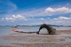 靠岸在推进沙子的管道上 免版税库存图片