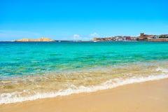 靠岸在撒丁岛- Isola Rossa北部  图库摄影
