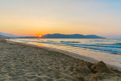 靠岸在日落在村庄Kavros在克利特海岛,希腊 不可思议的绿松石水,盐水湖 库存照片