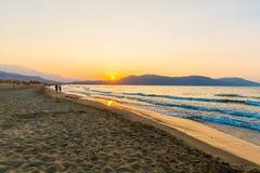 靠岸在日落在村庄Kavros在克利特海岛,希腊 不可思议的绿松石水,盐水湖 免版税库存图片