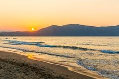 靠岸在日落在村庄Kavros在克利特海岛,希腊 不可思议的绿松石水,盐水湖 库存图片