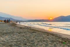 靠岸在日落在村庄Kavros在克利特海岛,希腊 不可思议的绿松石水,盐水湖 免版税库存照片