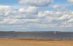 靠岸在有一条风船的湖在夏天 免版税库存图片
