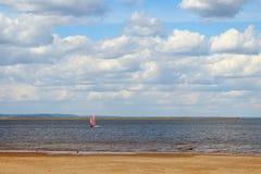 靠岸在有一条风船的湖在夏天 免版税图库摄影