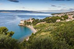 靠岸在老多米尼加共和国的修道院和Zlatni鼠在背景, Bol, Brac,克罗地亚海岛中  免版税库存照片