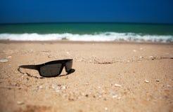 靠岸的太阳镜 免版税库存照片