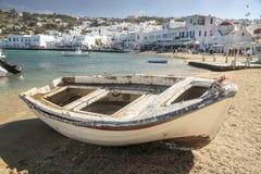 靠岸的渔船米科诺斯岛镇 免版税库存图片