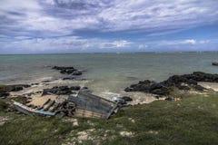 靠岸的老木小船 库存图片
