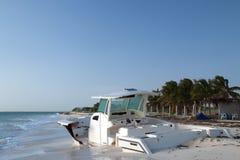 靠岸的被放弃的小船在Isla布朗卡半岛的晴朗的早晨在坎昆海湾墨西哥 图库摄影
