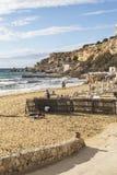 靠岸的道路在金黄沙子在马耳他依靠 库存图片