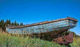 靠岸钓鱼拖网渔船 库存照片