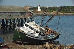 靠岸钓鱼有被放弃的码头的拖网渔船 库存图片