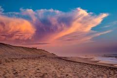 靠岸,天蓝色的天空,出于对海考虑 免版税库存图片