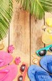 靠岸,棕榈树离开,铺沙,太阳镜和轻碰 库存照片