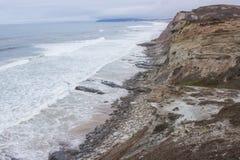 靠岸, Alto de圣诞老人Luzia海滩,在葡萄牙中央西部海岸的Peniche和Serra d'El Rei (Beach国王的)之间 图库摄影