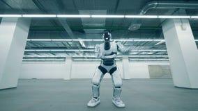 靠机械装置维持生命的人在一间空的仓库屋子跳舞 股票录像