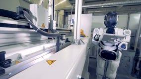 靠机械装置维持生命的人焊工与有一台片剂计算机的工厂机器一起使用在它的手上 4K 股票视频