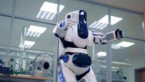 靠机械装置维持生命的人的身体得到弯曲斜向一边与它的被举的胳膊 影视素材