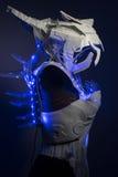 靠机械装置维持生命的人、利用仿生学的装甲有蓝色LED光的和塑料材料 免版税库存照片