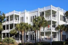 靠海滨的公寓房或公寓 免版税库存照片