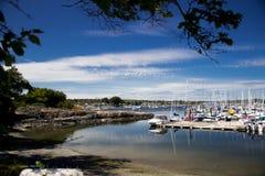 靠海滨的小游艇船坞 免版税库存图片