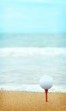 靠海滨的高尔夫球 免版税库存照片