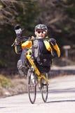 靠着自行车的人 免版税库存照片