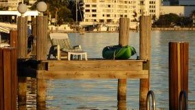 靠码头休息和喝一富有的sunbath在日落 免版税库存照片