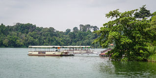 靠码头在湖的轮渡在新加坡 免版税库存图片
