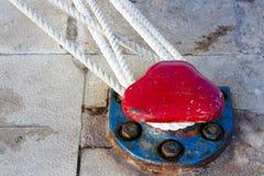 靠码头在石码头的系船柱有船绳索的 库存图片