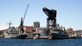 靠码头的军舰 免版税库存图片