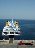 靠码头的出发的轮渡 免版税库存照片