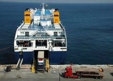 靠码头的出发的轮渡 免版税库存图片