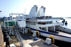 靠码头的大轮渡 图库摄影