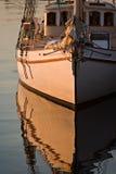 靠码头的大轻的早晨帆船 库存照片